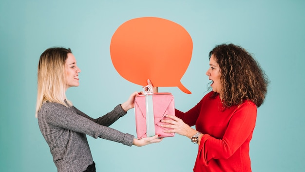 Mulher, com, balão fala, presente recebendo, de, filha