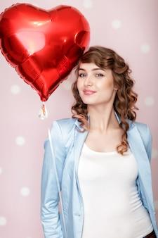 Mulher com balões de ar em forma de coração