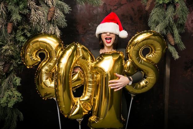 Mulher com balões em um novo ano
