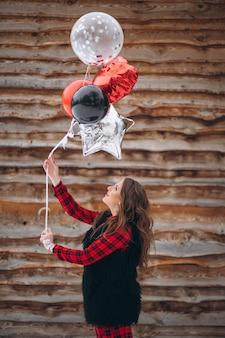 Mulher, com, balões, ligado, dela, aniversário, exterior