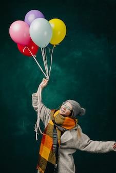 Mulher com balões nas mãos em um vestido