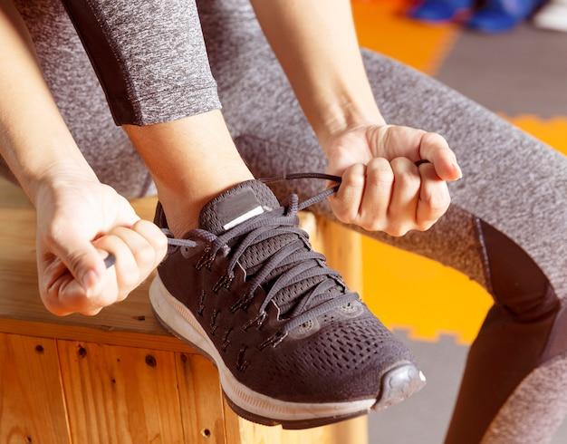 Mulher, com, batalha, corda, em, funcional, treinamento, ginásio aptidão, de, mulher, levando, perda peso