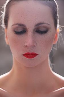 Mulher com batom vermelho
