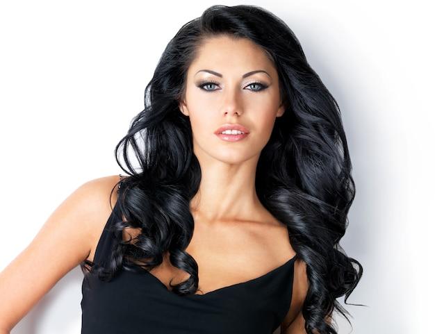 Mulher com belos cabelos castanhos compridos -