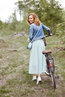 Mulher com bicicleta girando