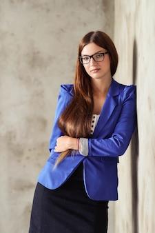 Mulher com blazer azul