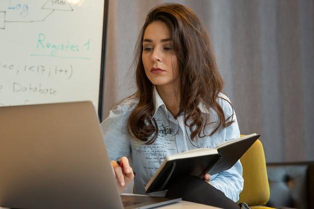 Mulher com bloco de notas e caneta nas mãos dela