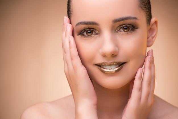 Mulher com boa maquiagem no conceito de beleza