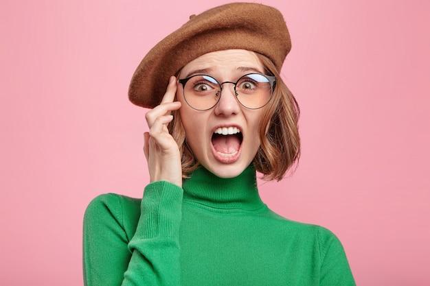 Mulher com boina e suéter de gola alta