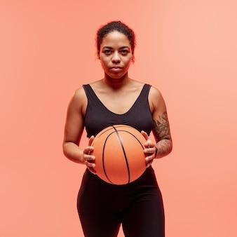 Mulher com bola de basquete
