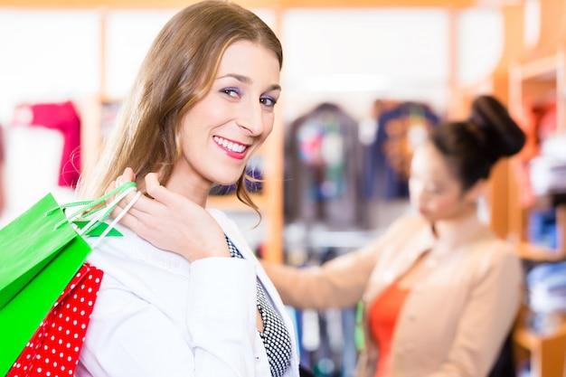 Mulher, com, bolsas para compras, em, loja, ou, loja