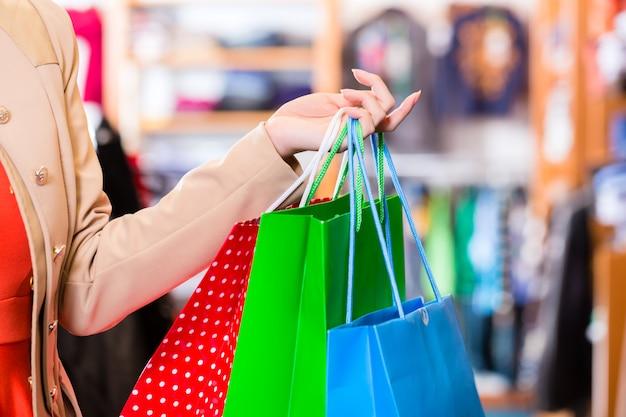 Mulher, com, bolsas para compras, em, loja