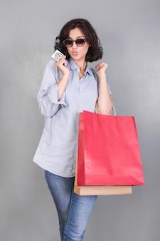 Mulher, com, bolsas para compras, fazendo, ar, beijo