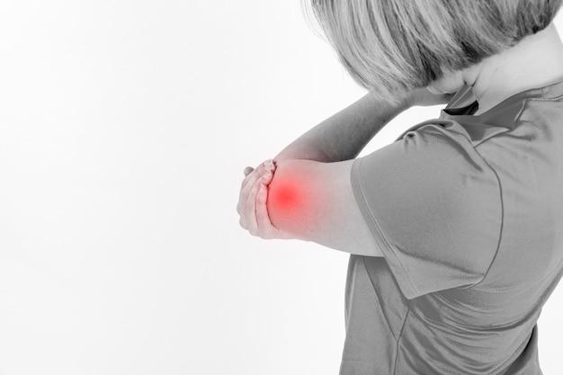 Mulher com braço ferido