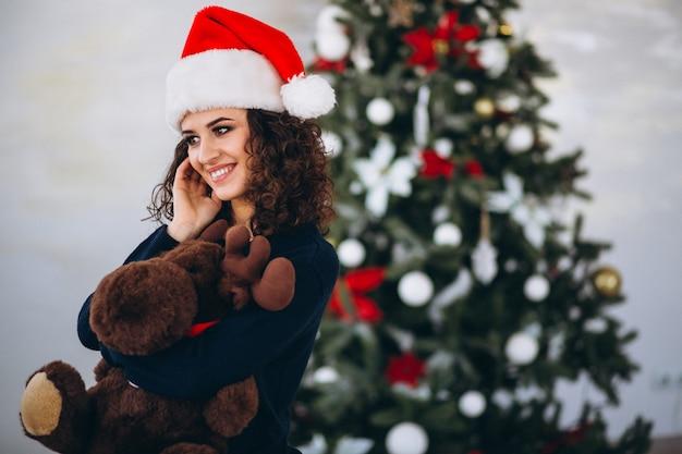 Mulher, com, brinquedo, alces, por, árvore natal