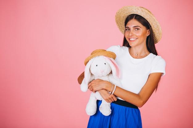 Mulher, com, brinquedo coelho, ligado, cor-de-rosa, fundo