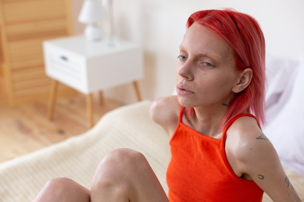 Mulher com bulimia. jovem ruiva doente com bulimia, sentindo-se tonta e infeliz