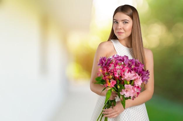 Mulher com buquê de flores da primavera
