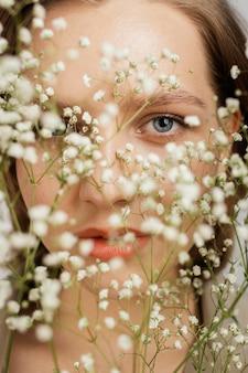 Mulher com buquê de flores