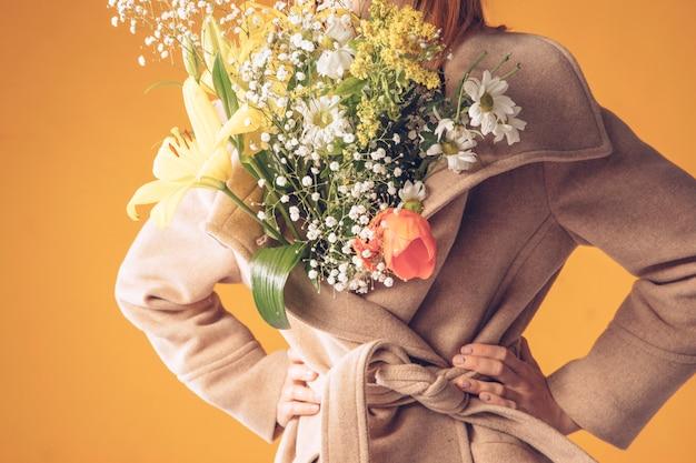 Mulher, com, buquê flores, em, agasalho