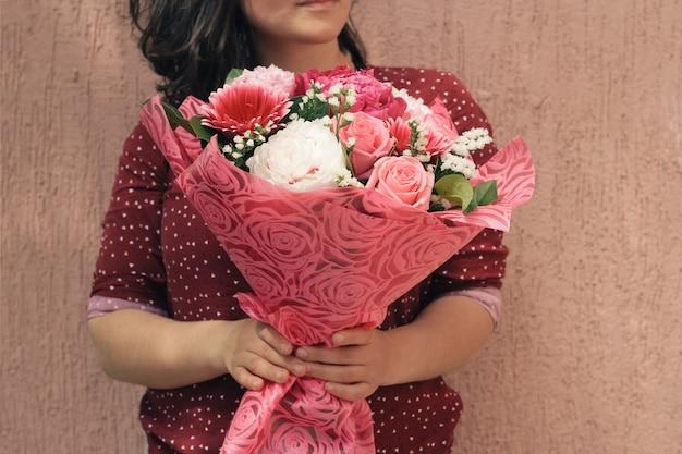 Mulher, com, buquet, de, gentil, fresco, flores