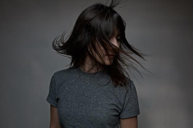 Mulher com cabelo a voar