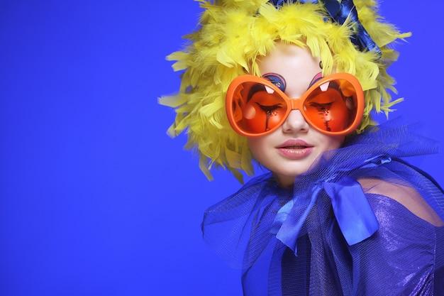 Mulher com cabelo amarelo e óculos de carnaval