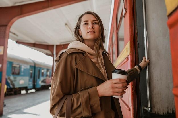 Mulher com cabelo comprido entrando em um trem