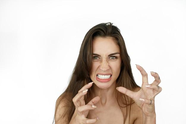 Mulher com cabelo comprido parece assustadora em pé no fundo branco