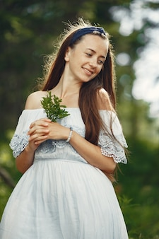 Mulher com cabelo comprido. senhora de vestido azul. menina com natureza intocada.