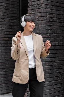 Mulher com cabelo curto ouvindo música