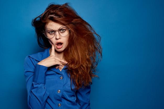 Mulher com cabelo desgrenhado surpreendeu louco