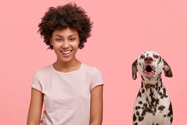 Mulher com cabelo encaracolado e seu cachorro dálmata