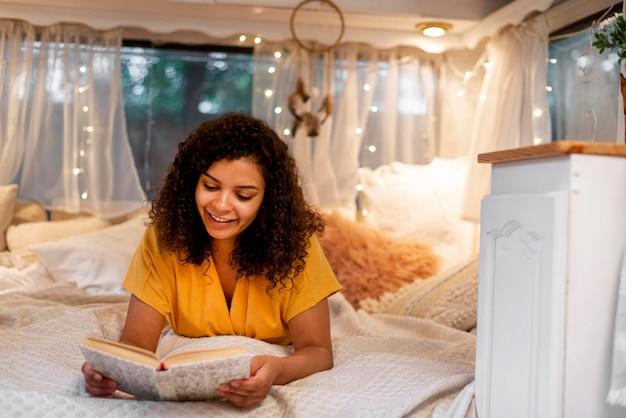 Mulher com cabelo encaracolado lendo