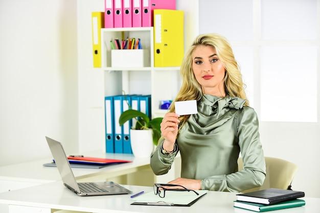 Mulher com cabelo encaracolado, trabalhando no laptop. secretária de menina em copos. gerente no trabalho. mulher de negócios confiante. senhora chefe. loira sexy à mesa. professor de aparência inteligente no escritório. copie o espaço.