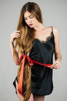 Mulher com cabelo longa e saudável linda modelo com cabelo muito comprido cabeleireiro penteado salão de beleza