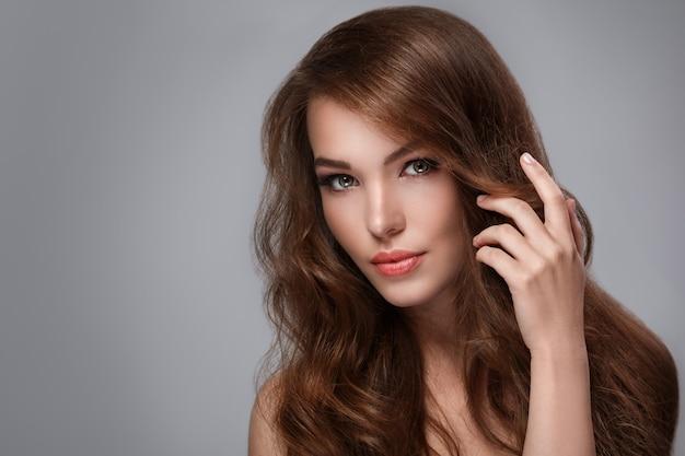 Mulher com cabelo longo brilhante