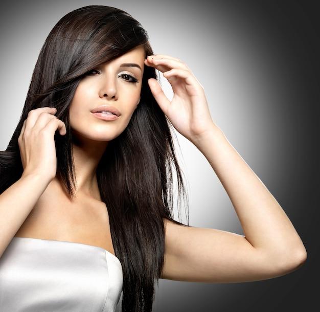 Mulher com cabelo longo e reto de beleza.