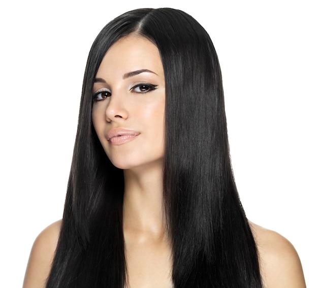 Mulher com cabelo longo e reto. modelo posando no estúdio.