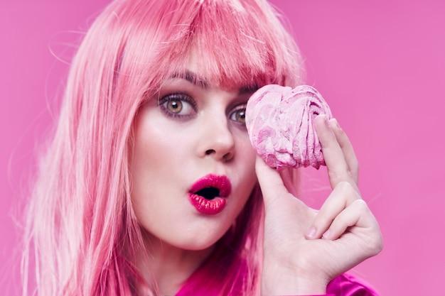 Mulher com cabelo rosa, doces, sobremesa, glamour, gozo