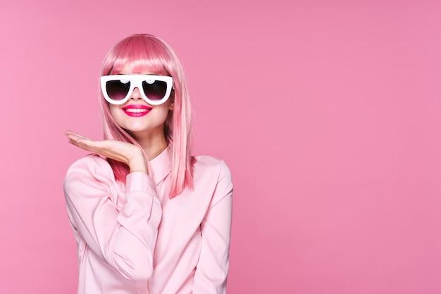 Mulher com cabelo rosa, óculos e acessórios