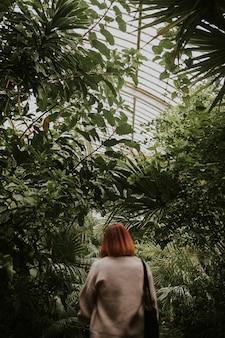 Mulher com cabelo ruivo, em kew garden, londres