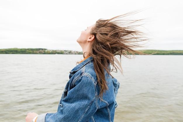 Mulher com cabelo soprado pelo vento
