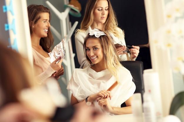Mulher com cabelo tingido em salão de cabeleireiro
