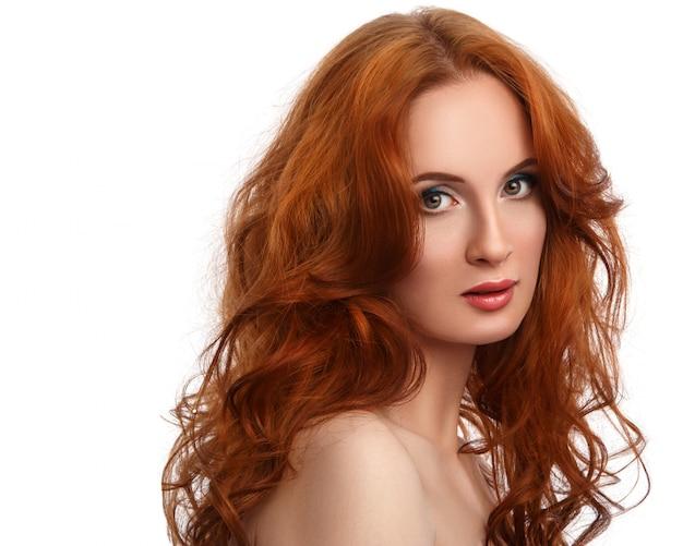Mulher com cabelo vermelho lindo