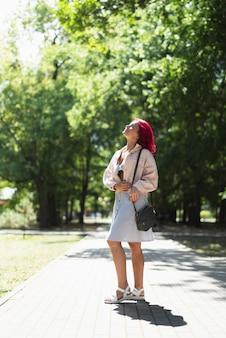 Mulher, com, cabelo vermelho, parque