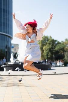 Mulher, com, cabelo vermelho, pular