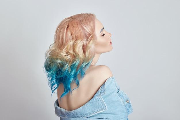 Mulher com cabelo voador colorido brilhante