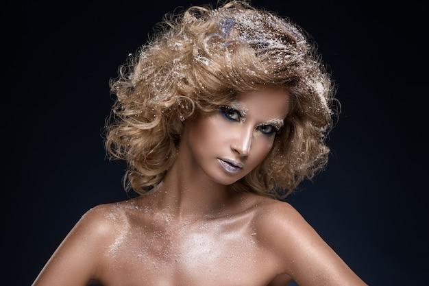 Mulher com cabelos cacheados e tema de inverno