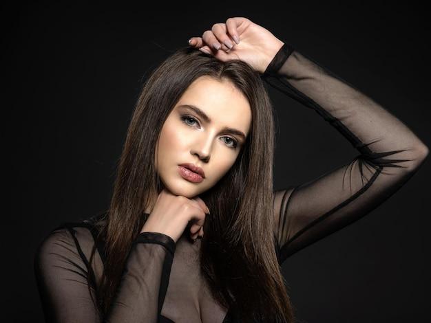 Mulher com cabelos castanhos compridos de beleza. modelo com cabelo longo e reto. posando de modelo de moda. mulher bonita com cabelo castanho longo e liso